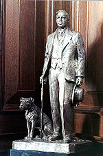 Image: Statue of Mackenzie King and Pat.